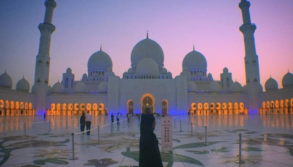Women wearing abaya at the grand mosque in Abu dhabi